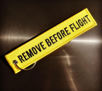 Брелок Remove Before Flight жёлтый